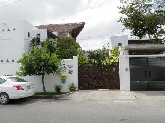 Hotel Villas El Encanto: front gates