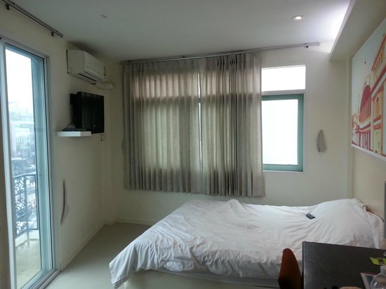 At Hua Lamphong Hostel: bedroom with window view