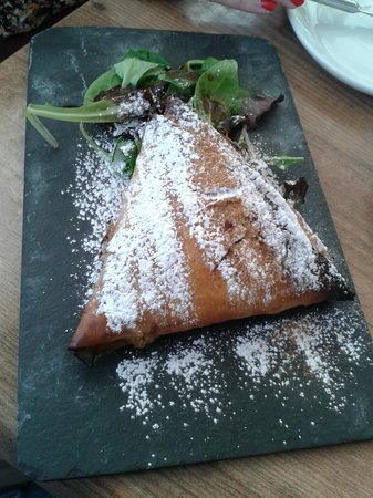 Vineria San Telmo : Puff pastry chicken with almonds and raisins