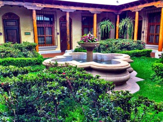 Camino Real Antigua : patio desde la habitacion