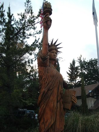 Yosemite Gateway Restaurant: There are a couple large wood carvings outside