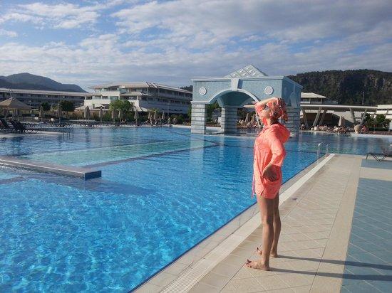 Hilton Dalaman Sarigerme Resort & Spa: Бассейн здесь - огромный и красивый