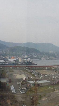 The Hotel Nagasaki: 朝起きて外を見たら大型客船停泊中
