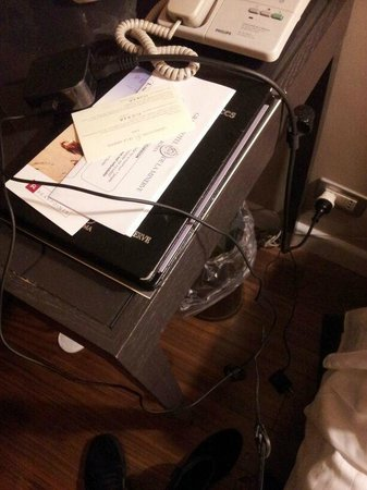 Grand Hotel de la Minerve: el escritorio donde deje mi computadora solo dejaron los cables