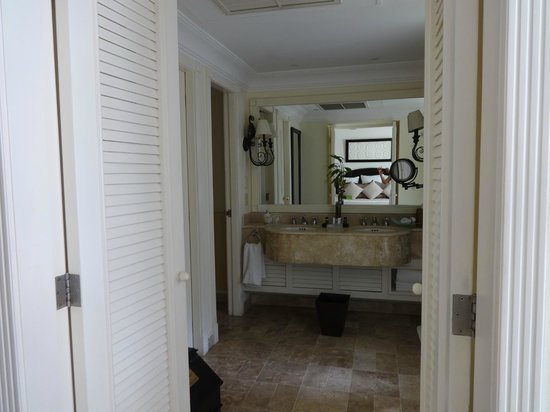 Royal Hideaway Playacar: Lovely bathroom