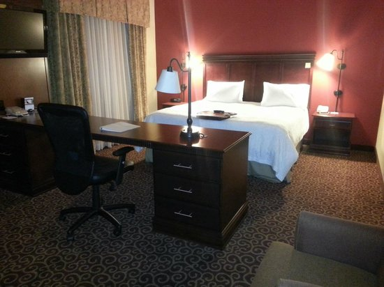 Hampton Inn & Suites Ocala - Belleview : King bed and desk