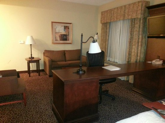 Hampton Inn & Suites Ocala - Belleview : Looking away from king bed