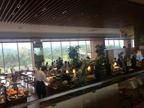 Highland Resort Hotel & Spa: フジヤマテラス、内観。 富士急ハイランドのジェットコースターが目前に見えます。