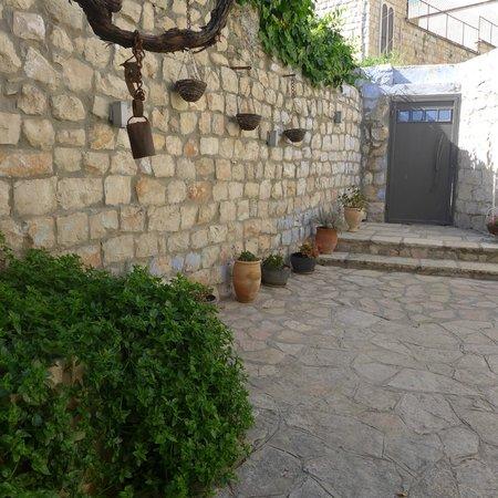 Artists' Colony Inn: Courtyard