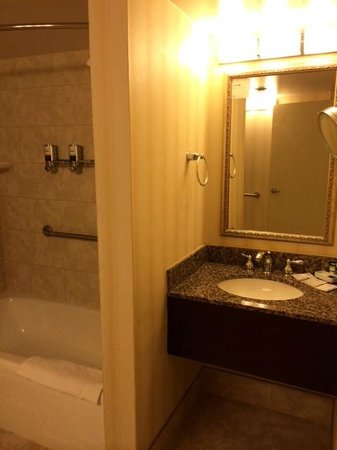 Four Points by Sheraton Richmond Airport: Bathroom