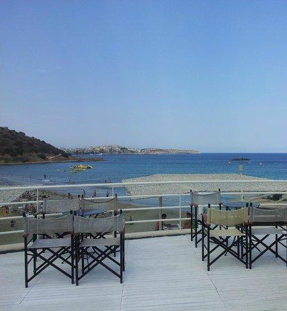 Almyros Beach : Вид от бассейна между корпусами на море и Агиос-Николаус