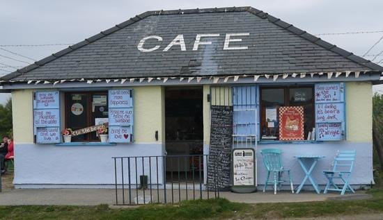Traeth Lligwy: All cafe's should be this colourful & happy