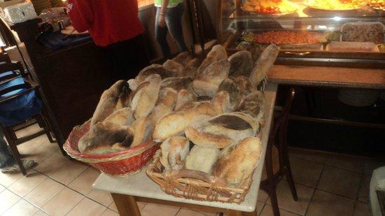 L'Angolo: il nostro pane sfornato tutti i giorni dal forno a legna