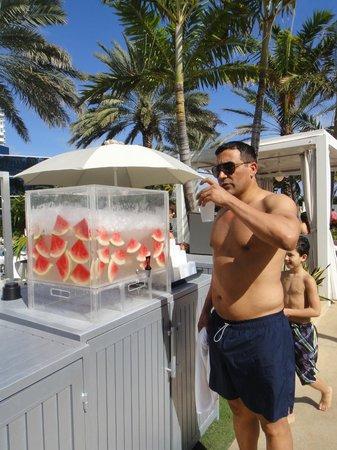 Fontainebleau Miami Beach: Agua saborizada na piscina