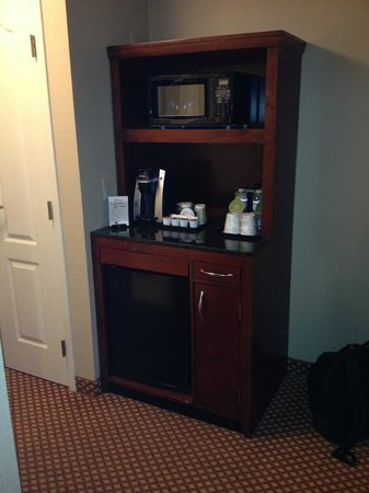 Hilton Garden Inn Oakbrook Terrace: Coffee Maker, Microwave and Fridge