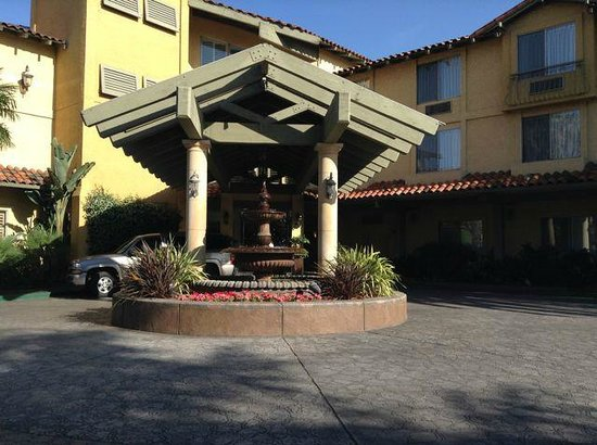 DoubleTree by Hilton Hotel Campbell - Pruneyard Plaza: Hotel Entrance