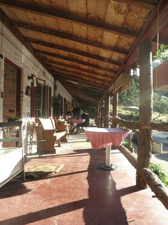 Cyndi's Snowline Lodge: THE TERRACE