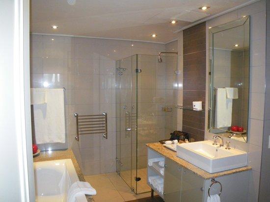 Cape Royale Luxury Hotel: bathroom