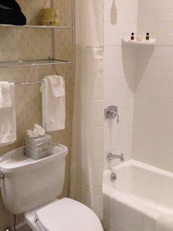 Hotel Providence: bathroom