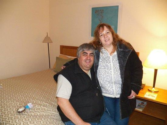 Hotel Canal Beagle: Amplias habitaciones, cálidas, sumamente confortables con frigobar, caja de seguridad,  TV por c