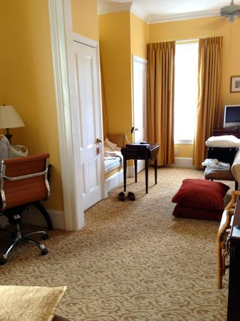 Marquesa Hotel : Window Seat between the two closets