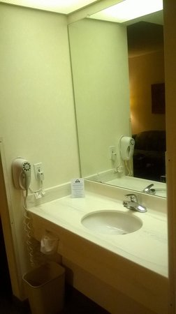 Days Inn & Suites Denver International Airport: deep sink w/plenty counter space