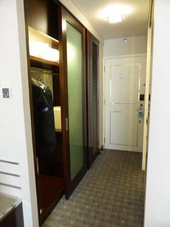 Holiday Inn Singapore Orchard City Centre: Convenient closet to hang clothes
