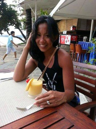 Centara Grand Beach Resort & Villas Krabi : at the beach club, happy hour!!!! booyah.