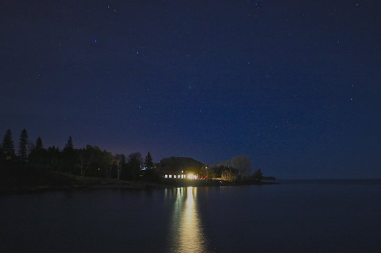 Gooseberry Park Cottages and Motel: Night view from the shore