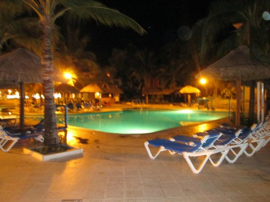 Sandos Playacar Beach Resort : Alberca de noche