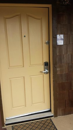 Pantai Inn : entrance to room