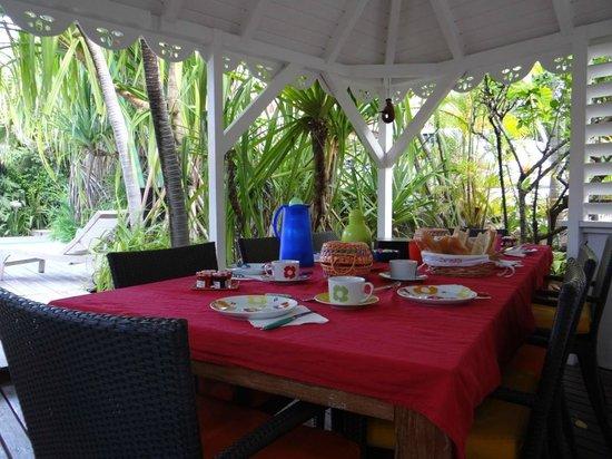Salines Garden Cottages : café da manhã, servido neste espaço especial