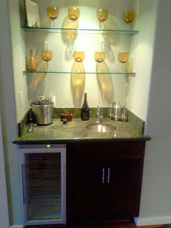 MarBrisa Carlsbad Resort: We bar in room with wine fridge