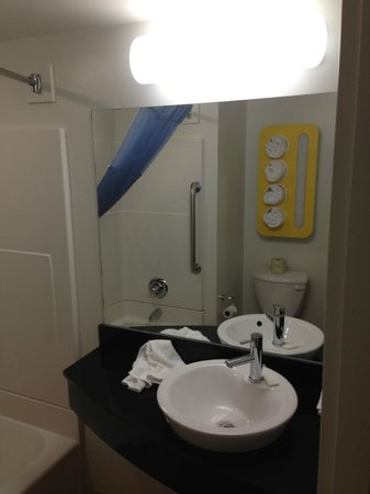 Motel 6 Winnipeg West: Bathroom