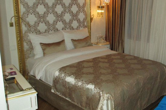 Hotel Valide Sultan Konagi : Small but newly decorated, good bed, individual reading lights too