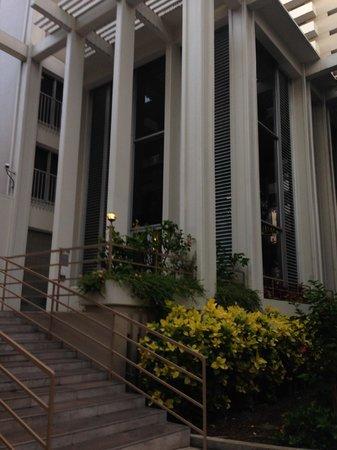 Shoreline Hotel Waikiki: Front of Hotel