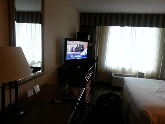 Holiday Inn Express Poughkeepsie: Desk and TV Area