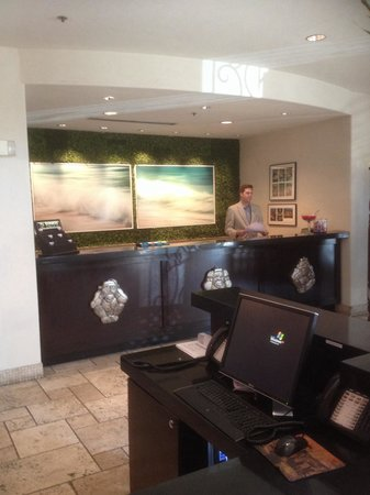 Hotel ZaZa Dallas : Reception desk reading with a huge bowl of Tootsie Pops