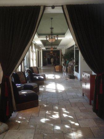 Hotel ZaZa Dallas : View from lobby towards pool area and Dragonfly restaurant