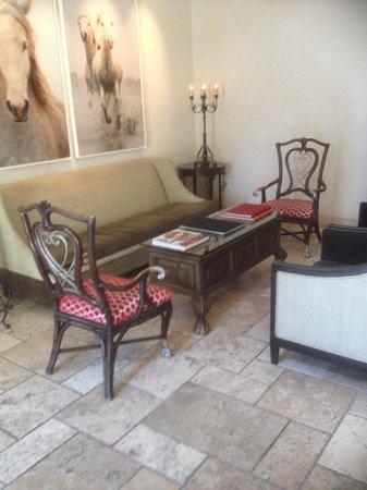 Hotel ZaZa Dallas: Sitting area in lobby