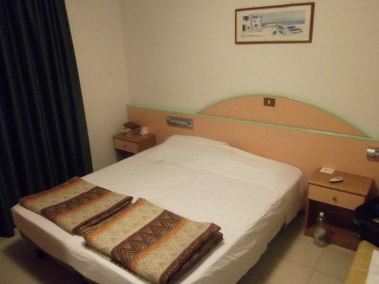 Beach 2 Hotel: bed