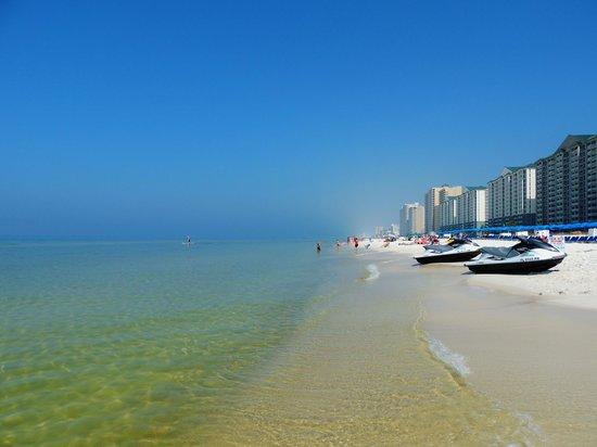 Laketown Wharf Resort: Cross the street your on the beach!