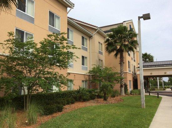 Fairfield Inn & Suites by Marriott St. Augustine I-95: Zimmer zum Parkplatz/See