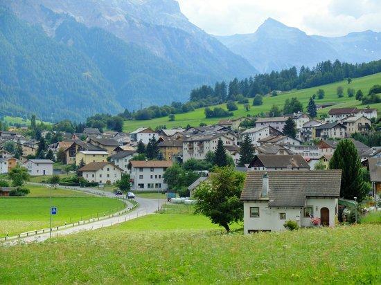 Benedictine Convent of Saint John Müstair: 周辺はのどかな田園風景