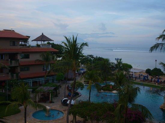 Grand Aston Bali Beach Resort: Widok z pokoju na basen i morze