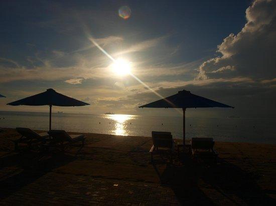 Grand Aston Bali Beach Resort: Plaża wieczorem