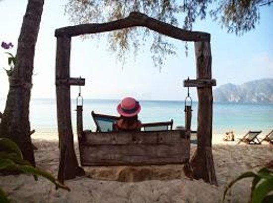 Phi Phi Paradise Pearl Resort: ビーチを眺めることができるブランコ