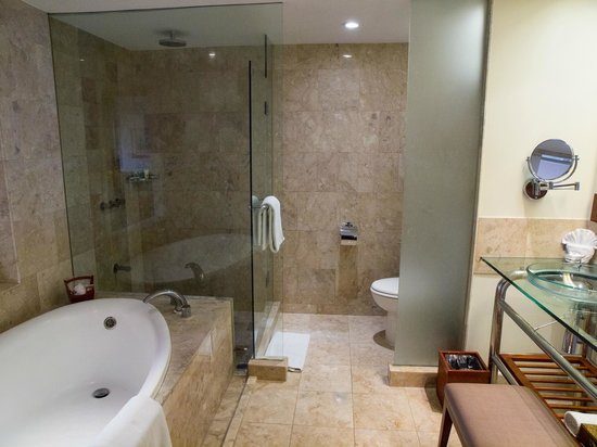 Fiesta Resort Guam: Suite Bath