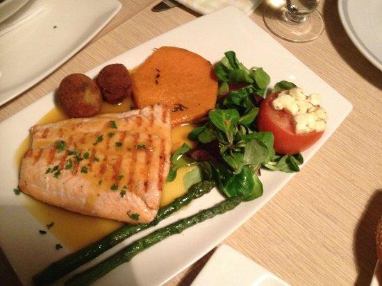 Osinn Restaurant at Hotel Hofn: Salmon .... darn I didnt take pictures of the lamb rack