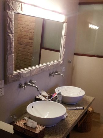 The Sunset Beach Resort & Spa, Taling Ngam: Well lit bathroom facilities